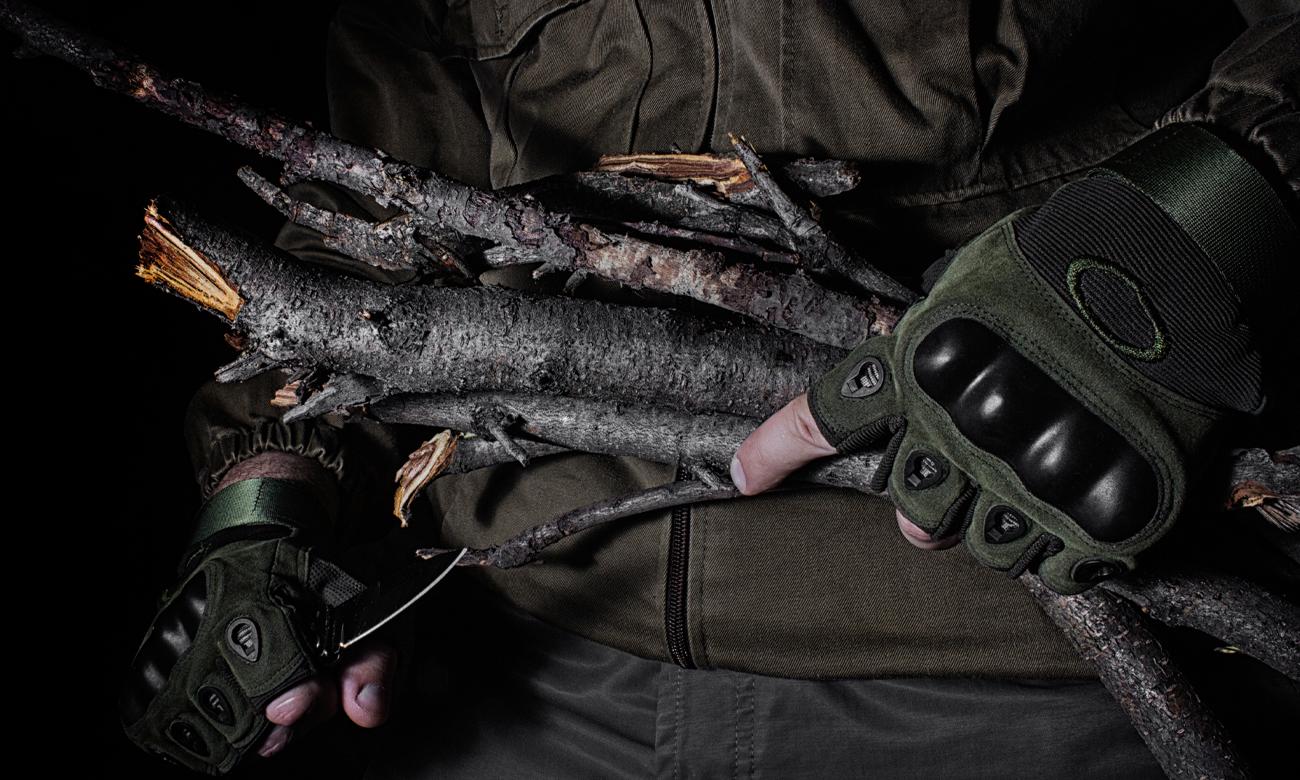 Człowiek w rękawiczkach z nożem i kawałkami drewna