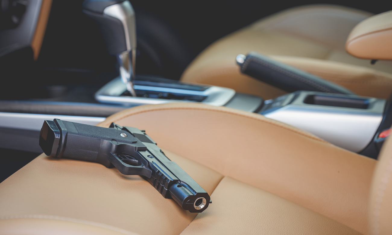 Pistolet Colt w drodze na strzelnice
