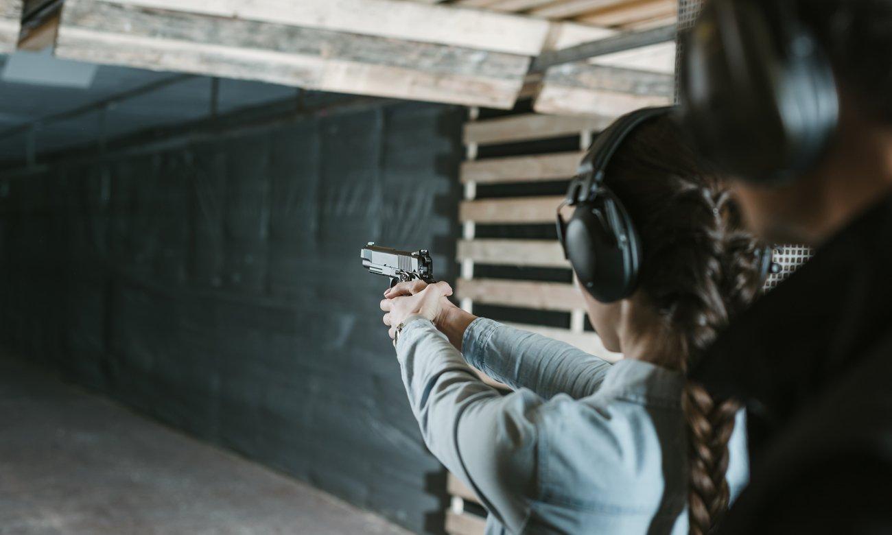 Kobieta na strzelnicy z pistoletem
