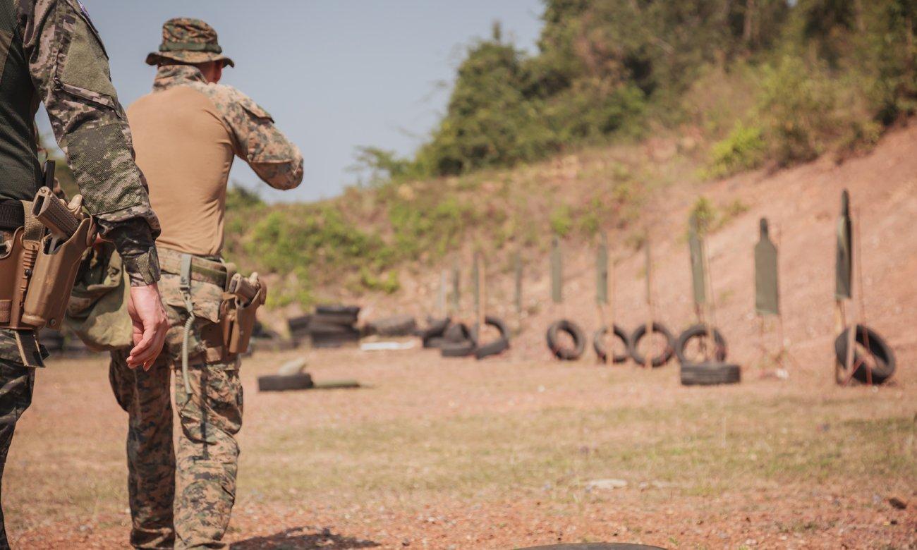Strzelanie w plenerze z wiatrówki Colt