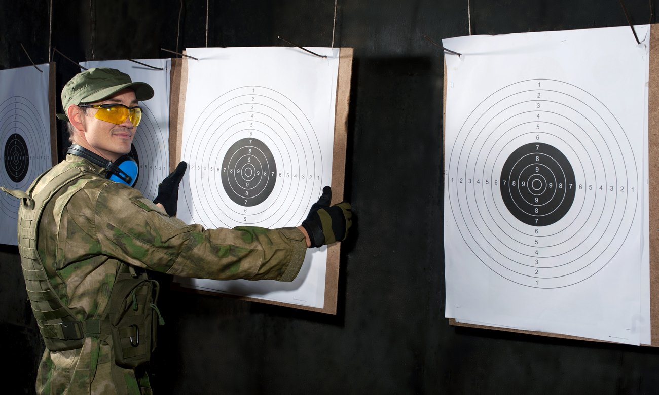 Strzelec przy tarczach strzelniczych