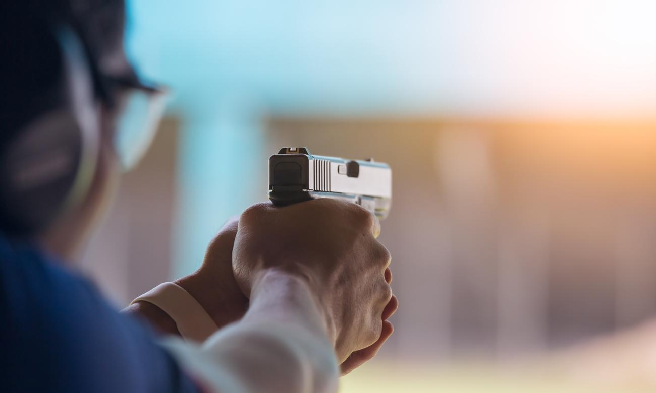 Człowiek z wiatrówką Glock na strzelnicy