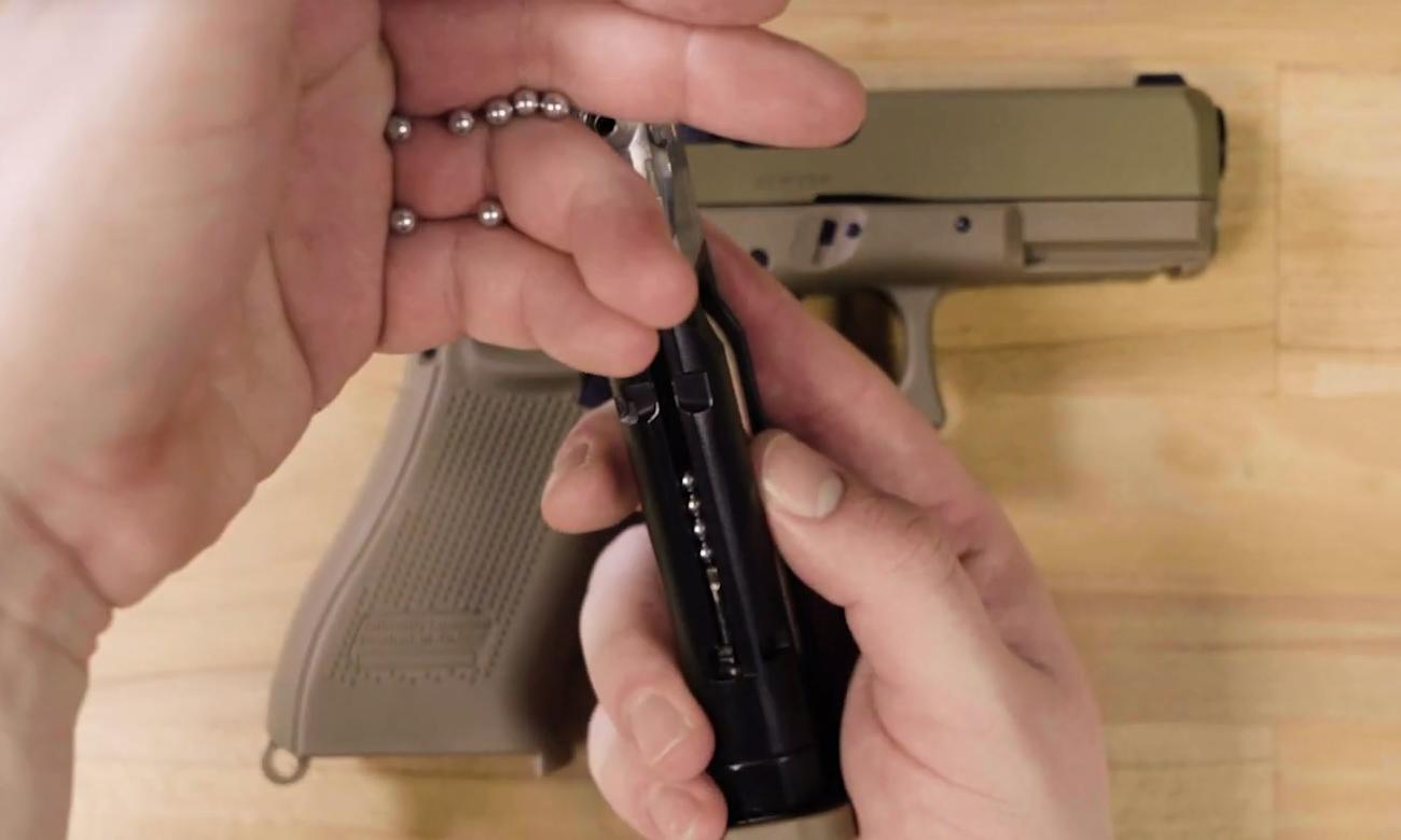 Pistolet Glock 19X FDE i śrut BB ładowany do magazynka