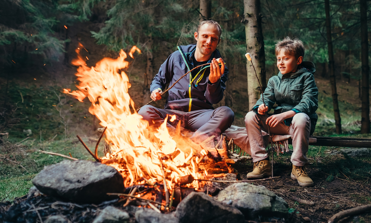 Ojciec z synem przy ognisku