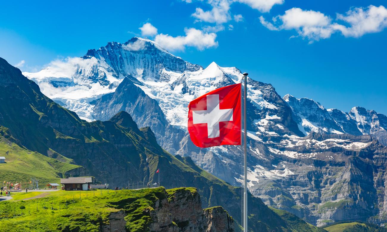 Szwajcarska flaga na tle gór