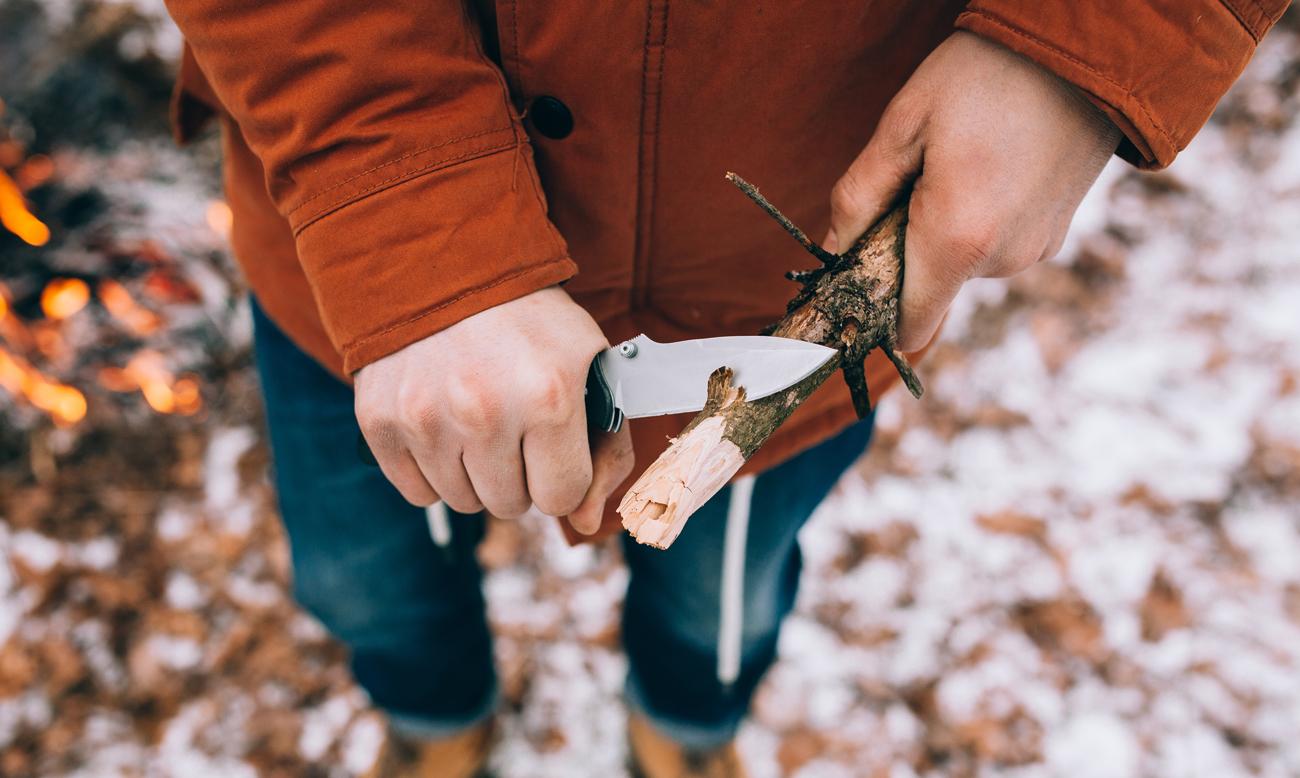 Praca nożem przy drewnie