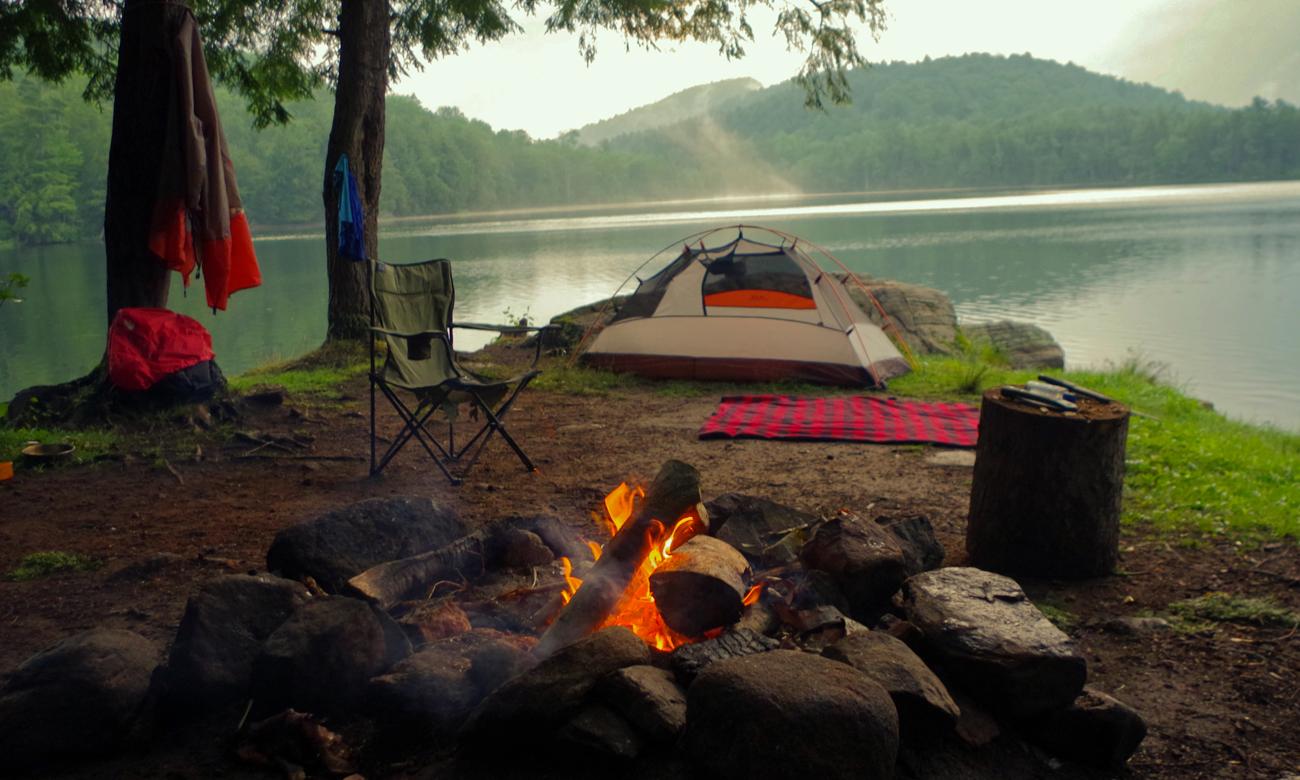 Obóz w lesie nad jeziorem