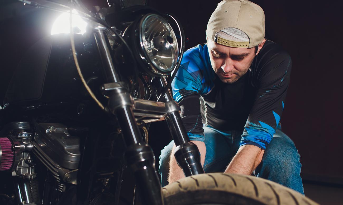 Mężczyzna pracujący przy motocyklu