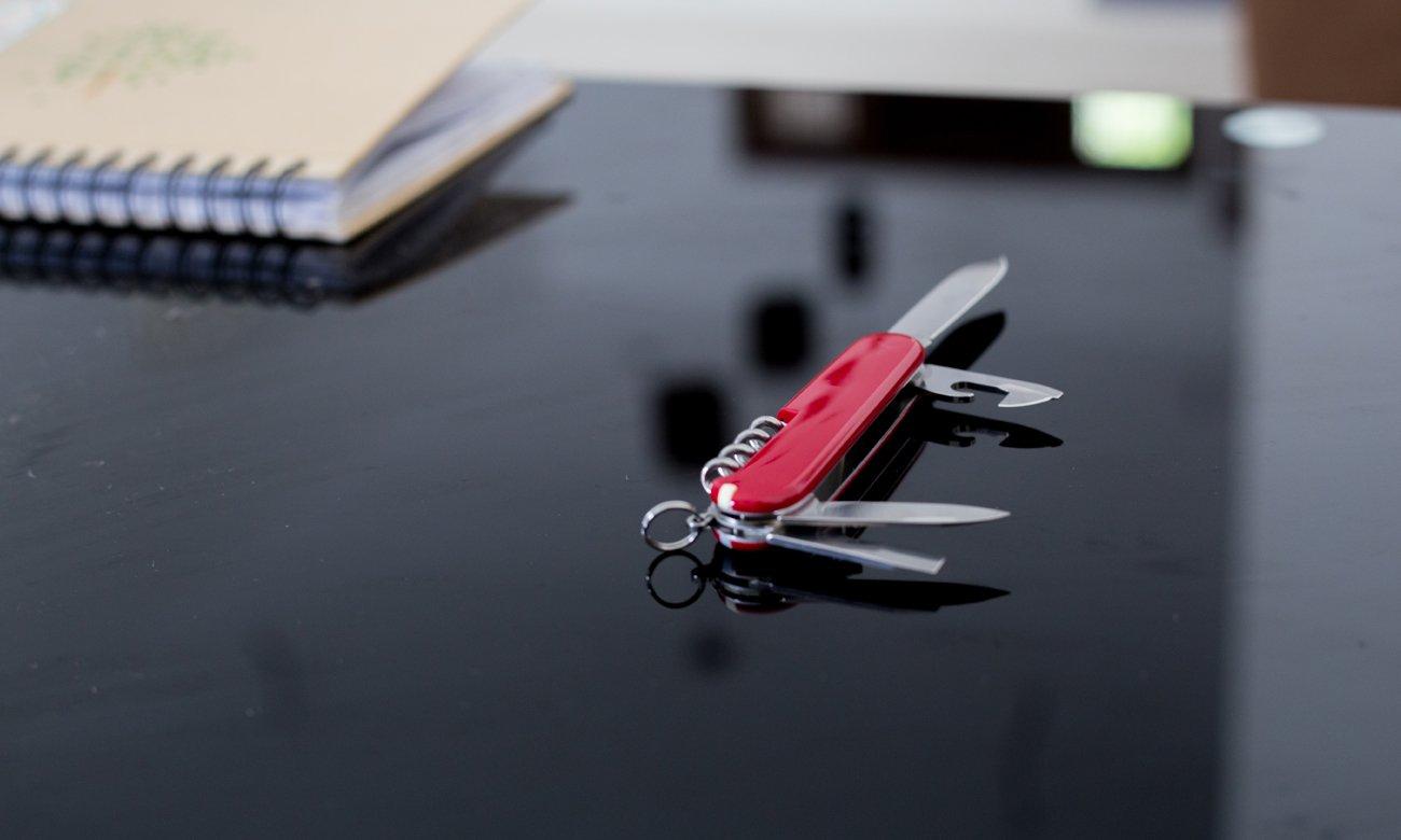 Szwajcarski scyzoryk victorinox na stole