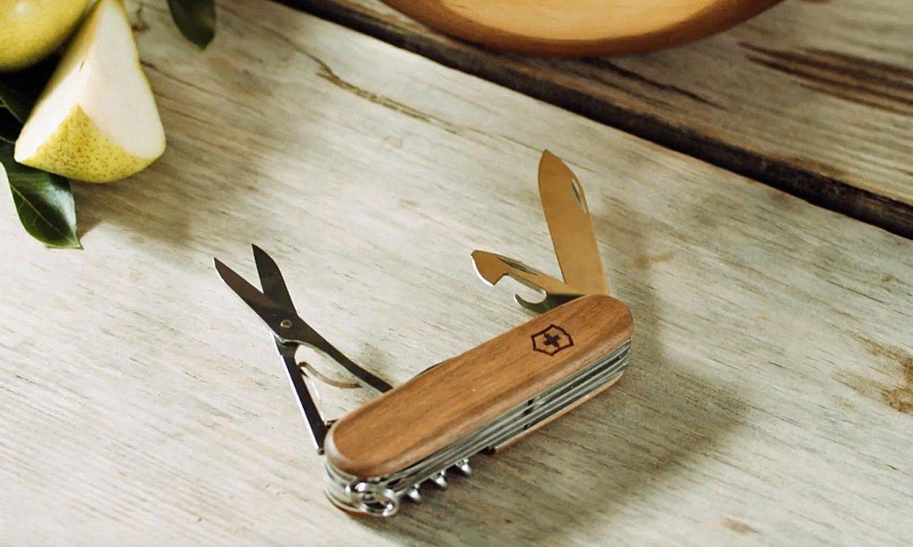 Nóż victorinox Huntsman Wood na stole