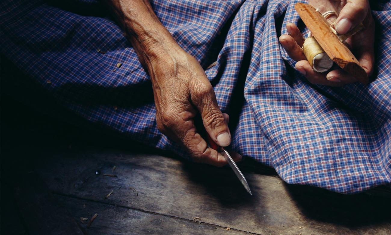 Człowiek ze szwajcarskim scyzorykiem w dłoni